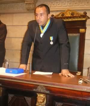 Mestre Artur Mariano recebendo a Comenda esportiva Pan-Americana
